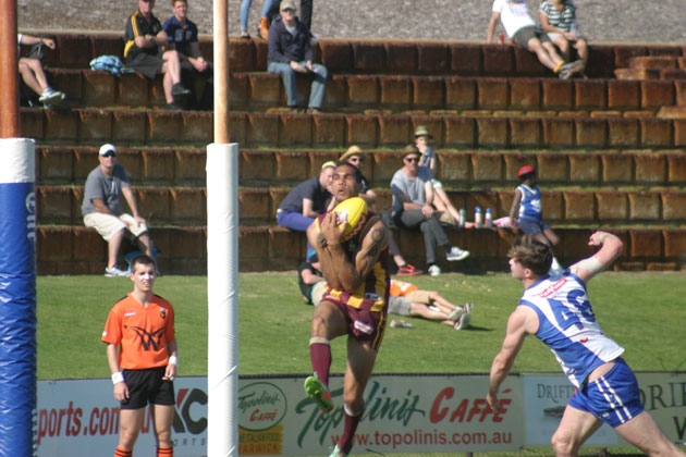 Shane Yarran, the most influential player in the prelim, marks close to goal. Photos by Les Everett
